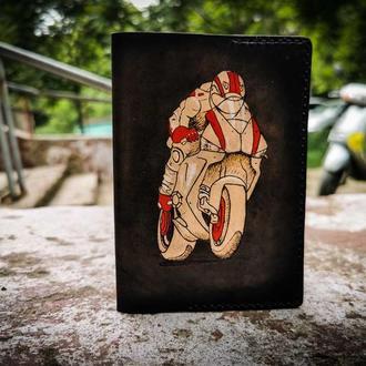 Кожаная обложка на паспорт мотоциклист, обложка на паспорт подарок мотоциклисту,обложка для паспорта