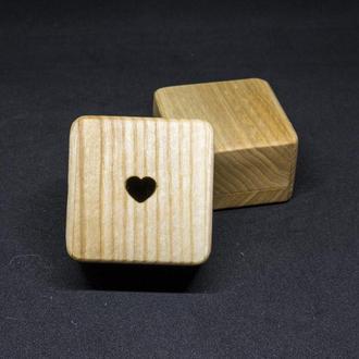 Шкатулка для кольца из ясеня с сердцем