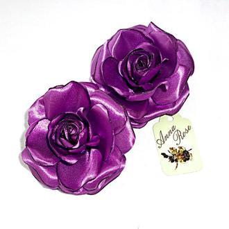"""Заколка-уточка с цветком из ткани""""Фиолетовая атласная роза"""""""
