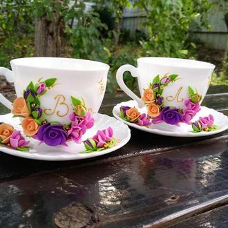 Чашка с блюдцем и инициалом в цвете розовый, фиолетовый, персиковый