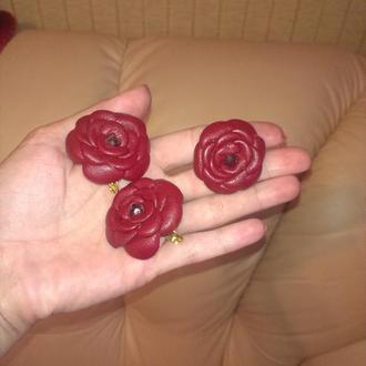 Кожаный комплект: серьги, кольцо красного цвета