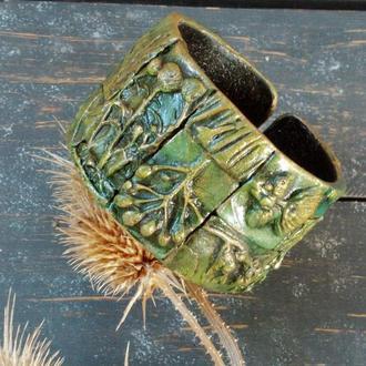Широкий зелёный браслет с отпечатками натуральных растений.