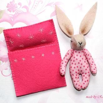 Миниатюрная игрушка зайчик сплюшка в пижаме ручной работы, с кроваткой