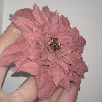 Нежная брошь-заколка «Замшевый цветок»