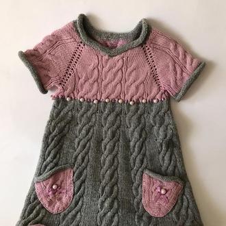 Вязаное серо-розовое платья