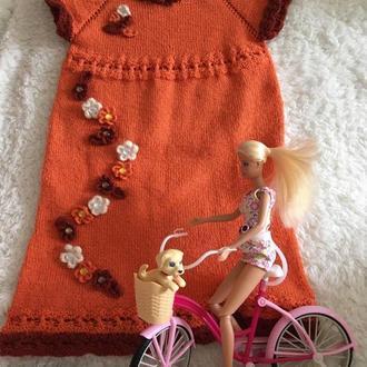 Платье вязаное кирпичного цвета, украшенное цветами