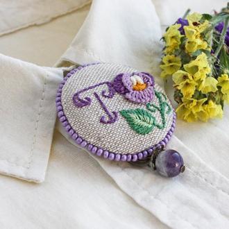Фиолетовая брошь с буквой Брошь анютины глазки Текстильные украшения в стиле кантри Именной подарок
