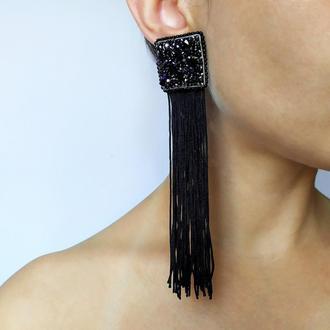 Длинные черные серьги с бахромой.