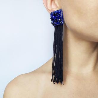 Длинные сине-черные серьги с бахромой.