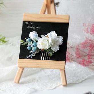 Гребешок в белом цвете с ягодами.
