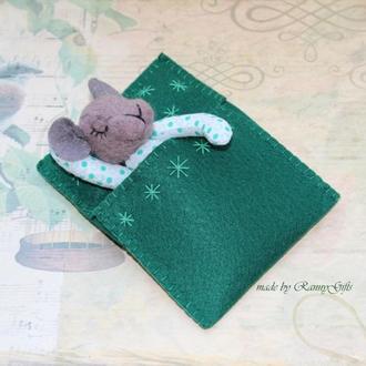 Карманная игрушка мышка сплюшка в пижаме в зеленой кроватке