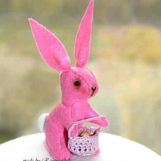 Интерьерная игрушка розовый пасхальный зайчик из фетра