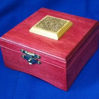 Шкатулка квадратная красная лакированная с накладкой