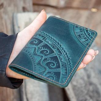 Обложка на паспорт кожаная темно-зеленая с орнаментом тиснение