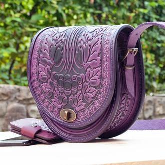 Кожаная сиреневая женская сумка через плечо полукруглая этно с орнаментом тиснение Калина