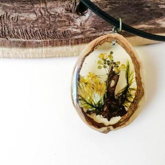 Оригинальный подарок кулон из сухоцветов в ювелирной смоле - абстрактная миниатюра