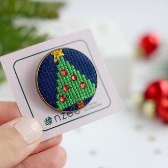 Брошь с вышивкой / Новогодняя брошь / Брошь елка