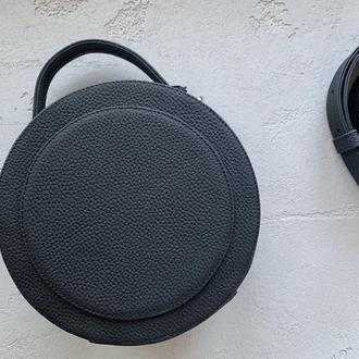 Стильная круглая  сумочка из натуральной кожи черного цвете через плечо