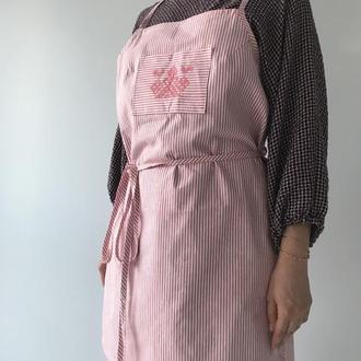 Фартук с запахом розовый в полоску из хлопка.