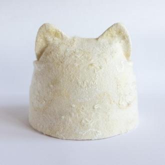 Валяная шерстяная шапка с ушками и козырьком Женская шапка кошка натурального белого цвета с декором
