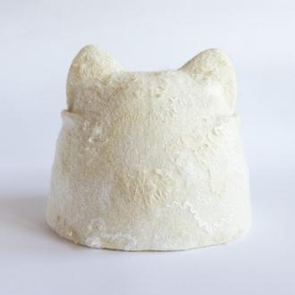 Валяне вовняна шапка з вушками і козирком Жіноча шапка кішка натурального білого кольору з декором
