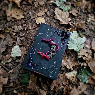 Дерев'яна шкатулка для таро або прикрас. Подарунок на день народження. Чорна, з місяцем і сузір'ями.