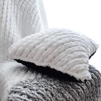 Подушка с узором из плюшевой пряжи