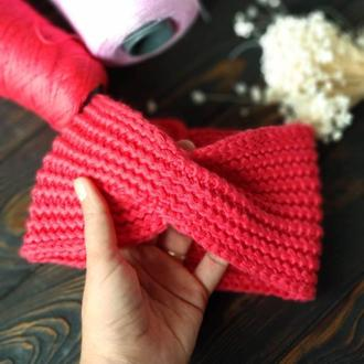 Вязаная повязка на голову ярко-розового цвета