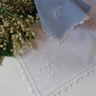 Вышитый вручную батистовый платочек