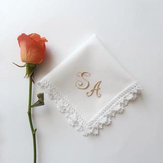 Женский платок с вышитыми инициалами