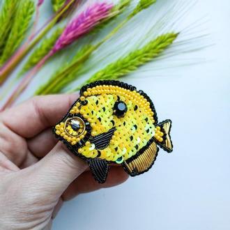 Брошь из бисера и пайеток Желтая рыба