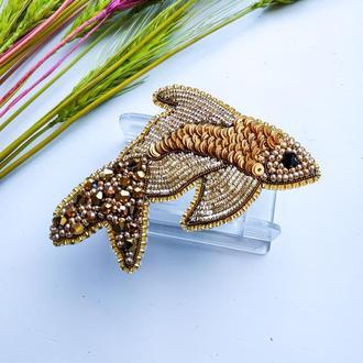Брошь из бисера и бусин Золотая рыбка