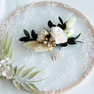 Гребешок с цветами в кремовом цвете.