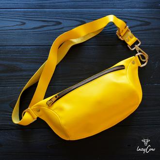 Женская сумка бананка из кожи желтого цвета