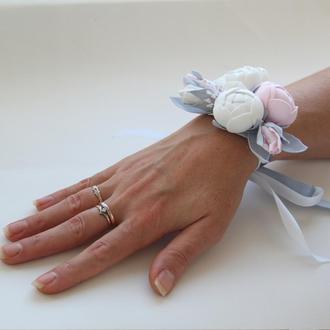 Бело-розовый браслет. Браслет с цветами. Бутоньерка на руку. Бутоньерка с белыми и розовыми цветами.