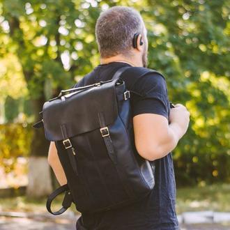 Мужской кожаный рюкзак черного цета с одтелением для ноутбука