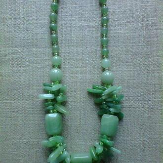 Ожерелье из натурального камня нефрита и бусин хрусталя.