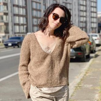 Пуловер с глубоким v-образным вырезом и расклешенными рукавами