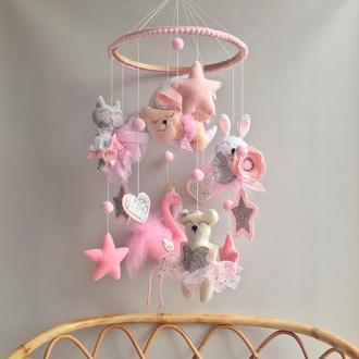 Розовый мобиль из фетра для девочки