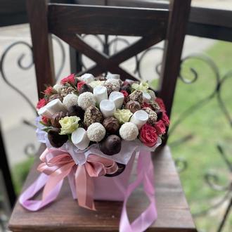 Букет з квітами та цукерками Ванесса