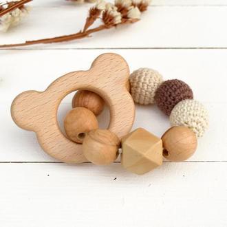 Грызунок прорезыватель из дерева и бусин . Подарок для новорожденного
