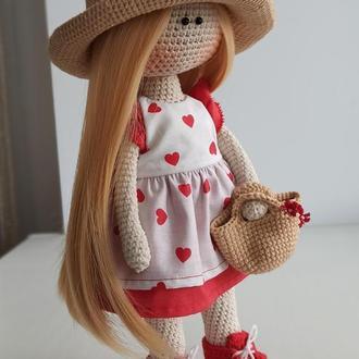Красивая романтичная кукла в шляпе