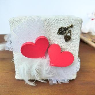 Коробочка для свадебных колец с красными сердечками