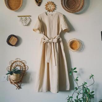Длинное льняное платье с коротким рукавом и поясом