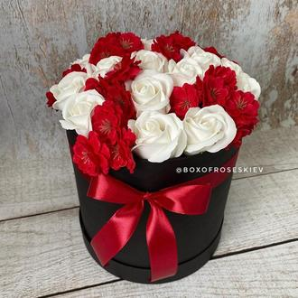Букет из роз и сакуры