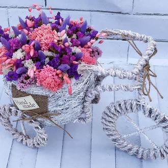 Велосипед с ярким букетом из сухоцветов