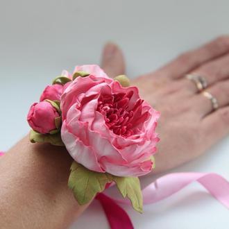 Браслет с розовыми пионами. Браслет на руку с цветами. Бутоньерка на руку. Розовая бутоньерка.