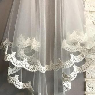 Свадебная фата с кружевной каймой.