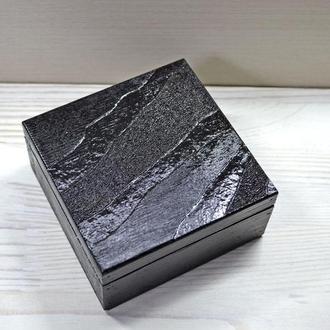 Шкатулка квадрат черная выжигание пирография дерево светлая