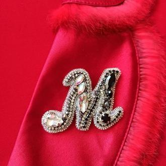 Великолепная, Именная брошь буква М в серебристо-черном цвете